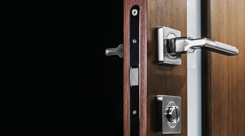drzwi zewnętrznych do domu